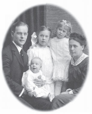 1920s photo portrait of family, mother, father, two daughters and baby.